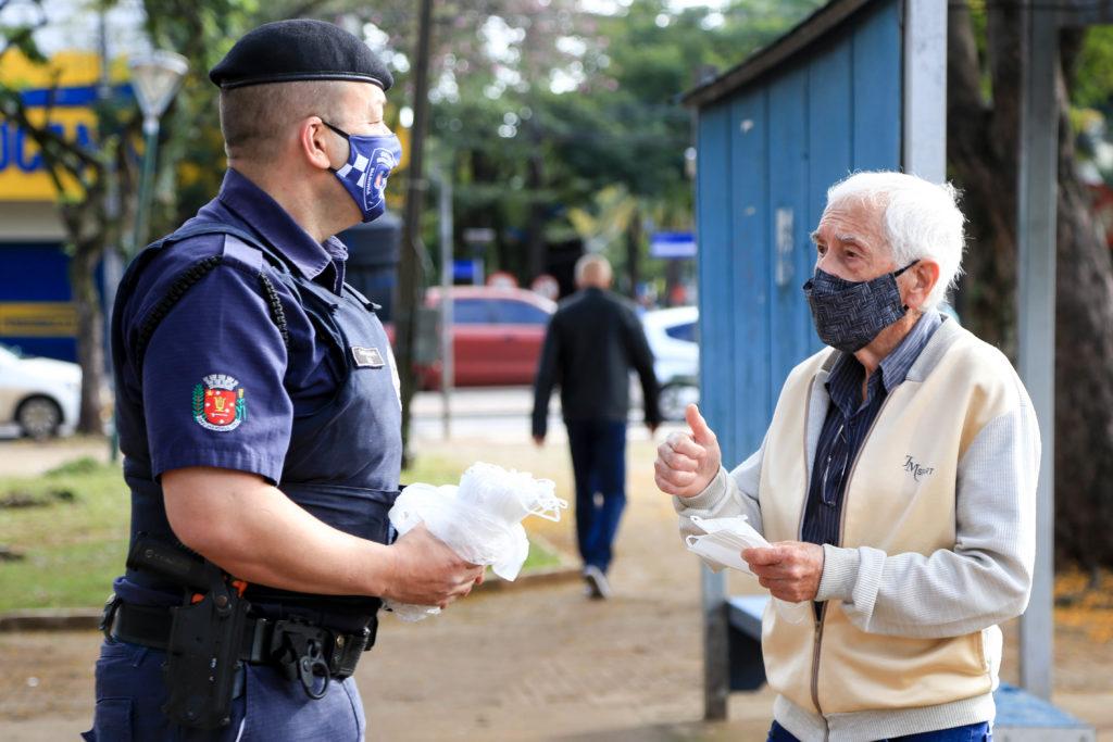 Guarda Municipal distribui máscaras e orienta sobre combate ao coronavírus